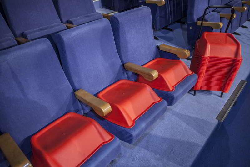 Alzadores Infantiles Rojos en Teatro