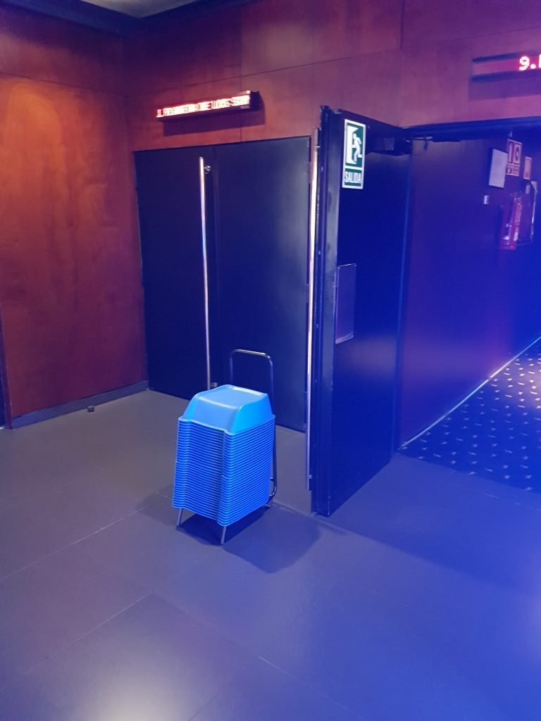 Alzadores KORFLIP preparados en la puerta de la Sala